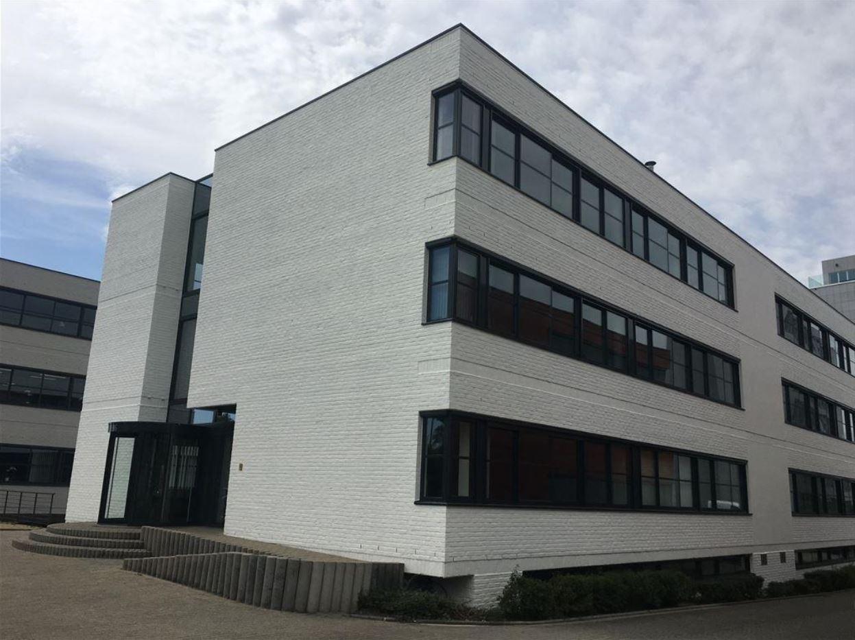 Afbeelding met gebouw, buiten, lucht, weg  Automatisch gegenereerde beschrijving
